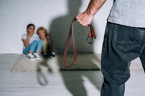 Что делать, если вы стали свидетелем жестокого обращения с ребенком: отвечает адвокат