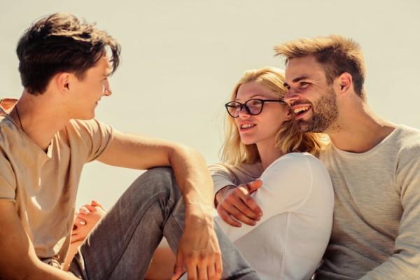 Как смириться с тем, что твоя подруга вечно приводит на ваши встречи своего парня (и нужно ли)?