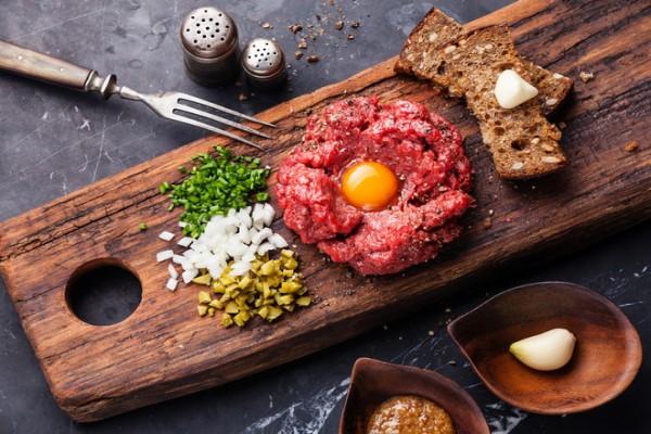 Можно ли есть сырое мясо: мнение гурманов и диетологов