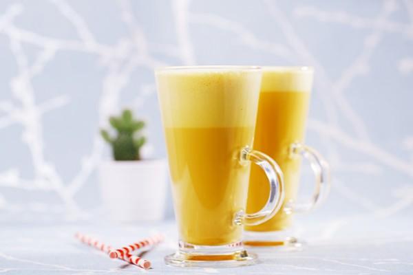 Золотое молоко: в чем магия напитка и кому стоит его пить