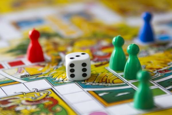 Веселимся дома: 7 лучших настольных игр для всей семьи