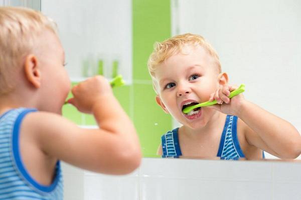 Как научить детей правильно чистить зубы