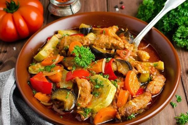 Свинина тушёная с овощами в мультиварке