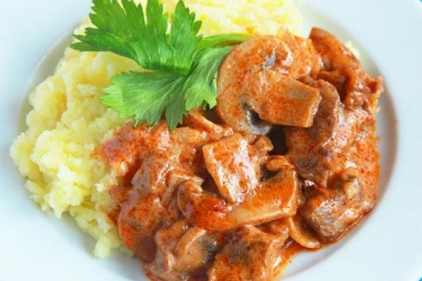 Идея на ужин: бефстроганов с грибами в сметанном соусе