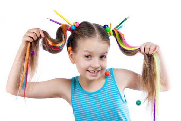 Как правильно покрасить ребенку волосы мелками