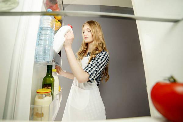 А вы знали? Почему нельзя хранить молоко на дверце холодильника