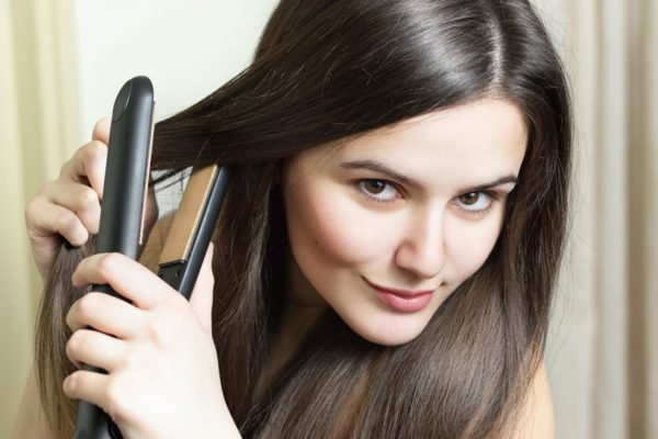 Как избежать повреждения волос при использовании выпрямителя