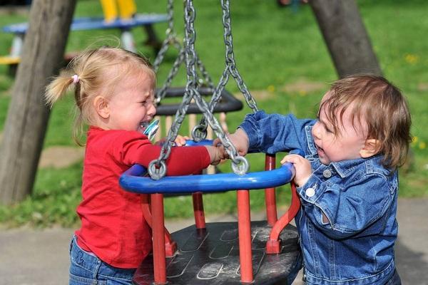 Как не надо вести себя родителям на детской площадке – 5 важных правил
