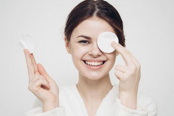 Как правильно очищать кожу от макияжа