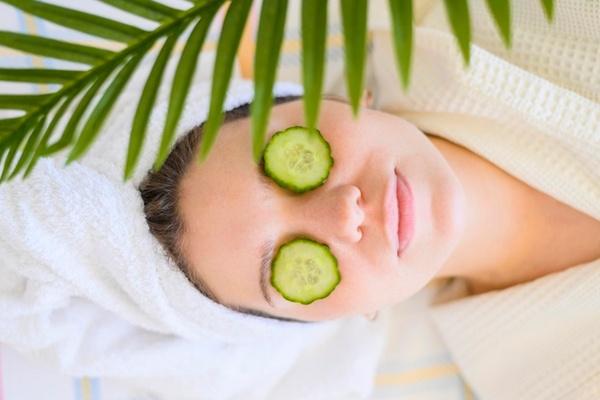 Основные причины использовать огурцы для кожи вокруг глаз