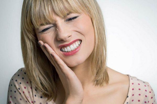 Ученые выяснили, почему от холодного болят зубы и как с этим бороться
