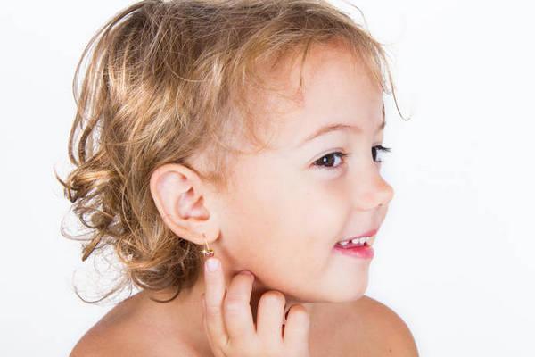 Прокалывание ушей в раннем детстве: аргументы за и против