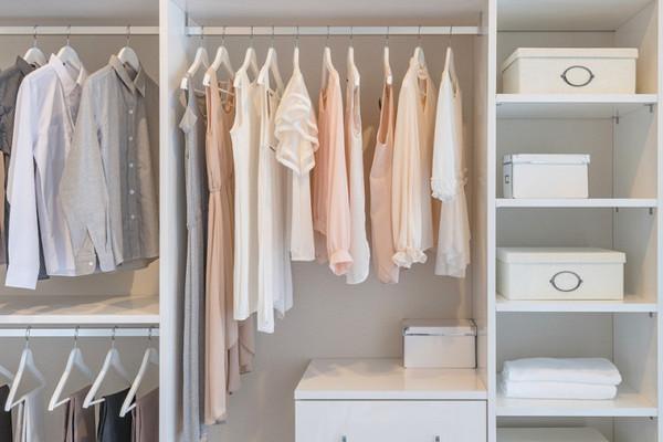 Как организовать хранение вещей в гардеробе: 5 правил