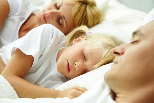 Стоит родителям позволять ребенку спать в своей постели