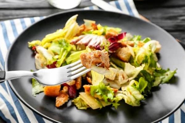 Салат мясной с сыром и яблоками