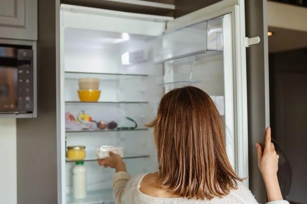 Как с помощью обычной газеты можно избавиться от неприятного запаха в холодильнике