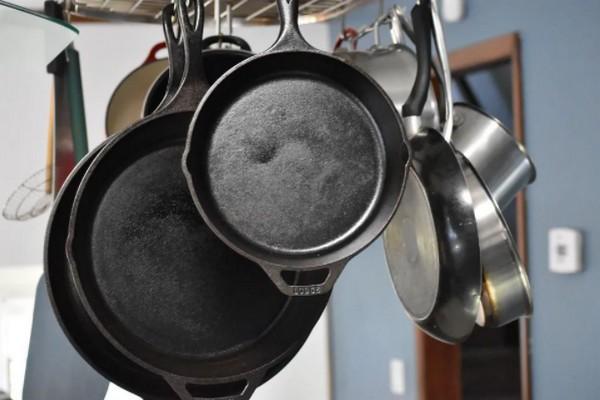 Как очистить чугунную сковороду и правильно за ней ухаживать в домашних условиях