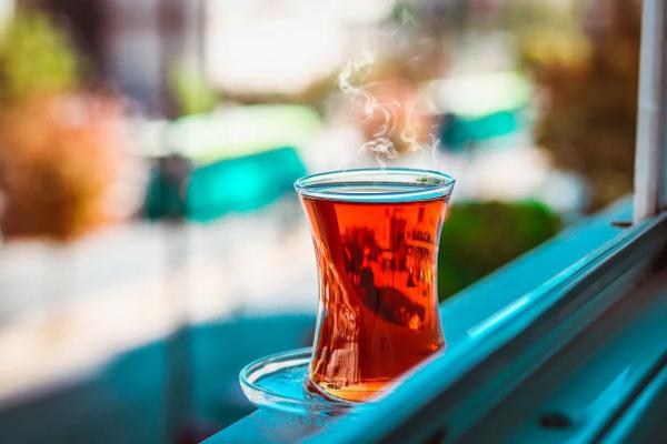 Специалисты назвали вид чая, который лучше всего подходит для употребления утром