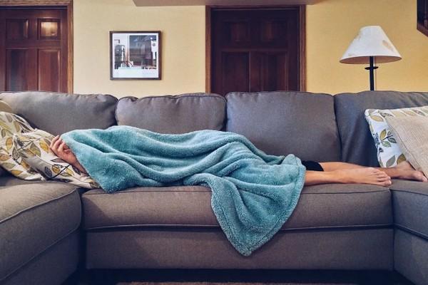 Почему мужчины лежат на диване, пока их женщины убирают – 5 главных причин