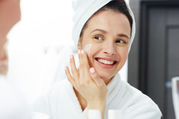 Средства для ежедневного ухода за кожей лица следует использовать