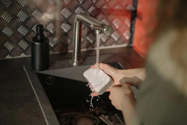 Почему цвет губок для мытья посуды отличается и что он значит