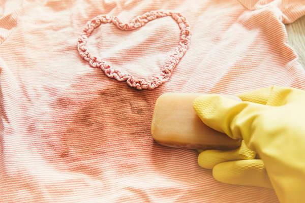Как очистить одежду от жирных пятен: 5 простых способов