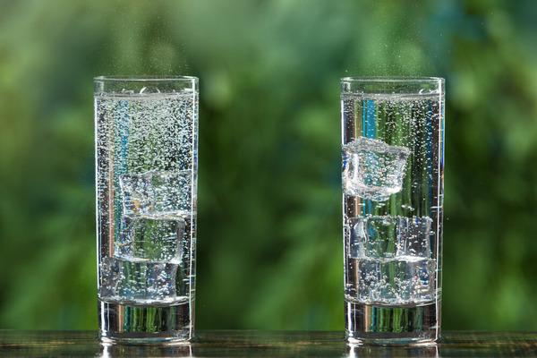 Какую воду пить полезнее: газированную или обычную