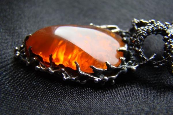 Огненный опал: свойства минерала и его отличительные особенности