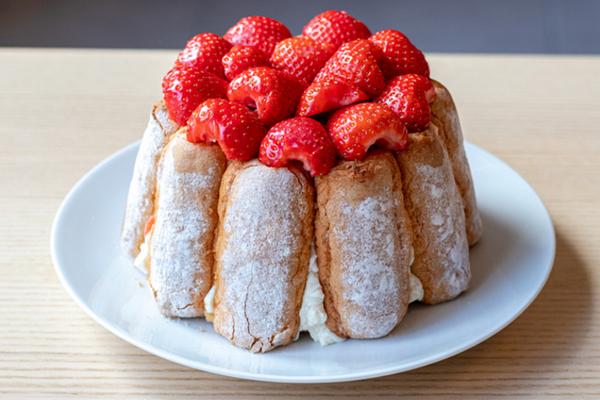 Торт без выпечки из печенья с клубникой
