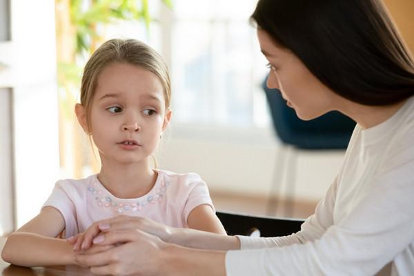 6 фраз, которые родители не должны говорить дочерям