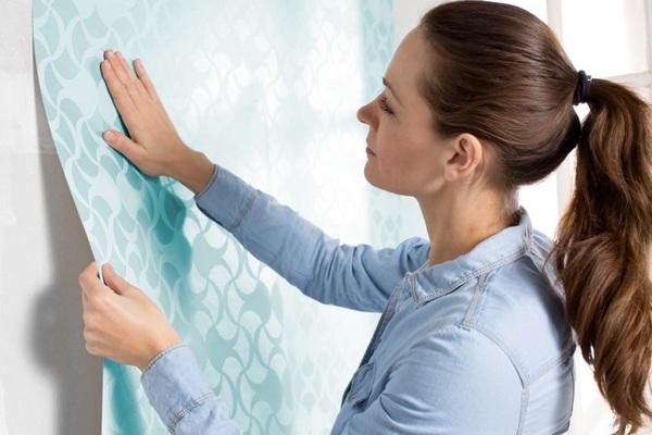 Отделка стен плёнками и самоклеящимися обоями