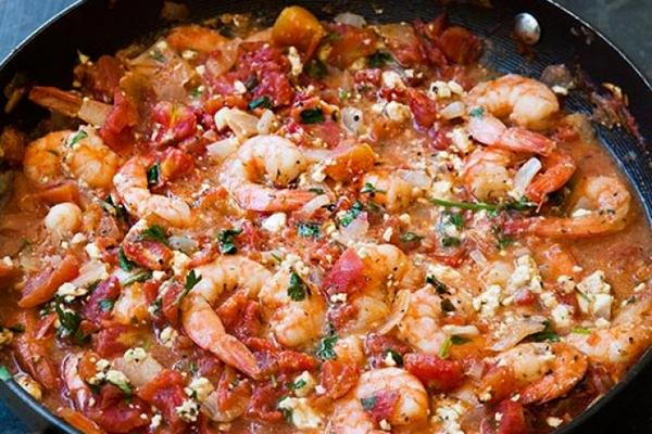 Готовим креветки в томатном соусе с фетой