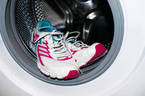 Как постирать кроссовки в стиральной машине, чтобы они не развалились