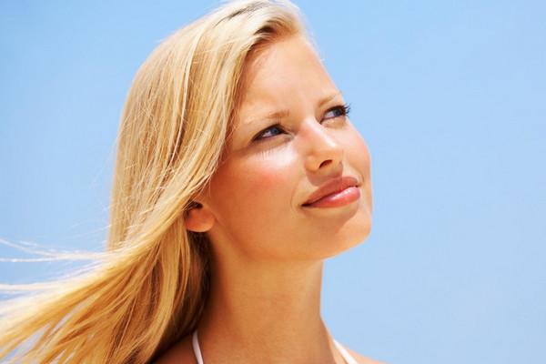 Как бороться с выгоранием окрашенных волос на солнце?