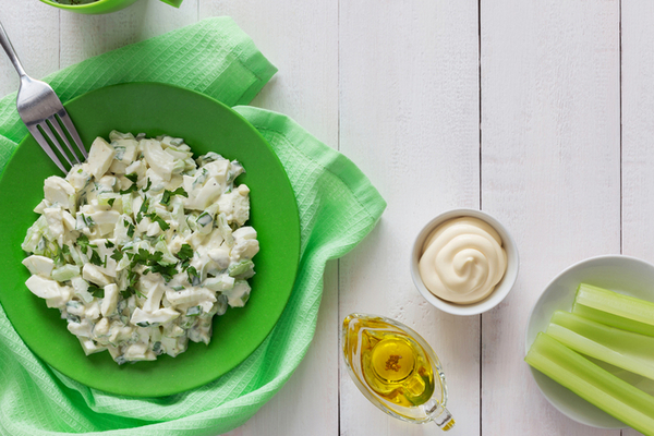Куриный салат с оливками и сельдереем