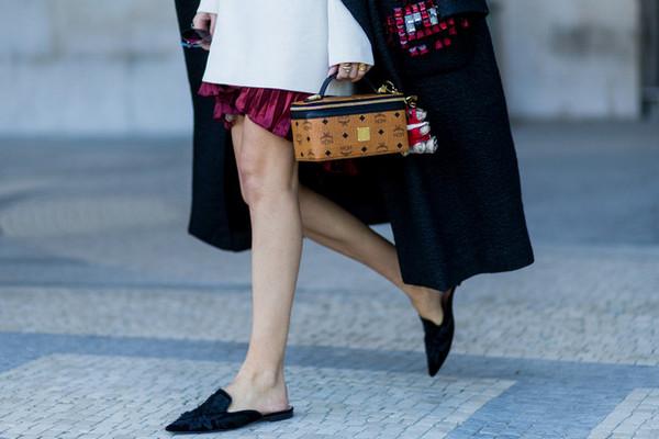 Мюли вернулись: с чем сейчас носить культовую обувь 90-х