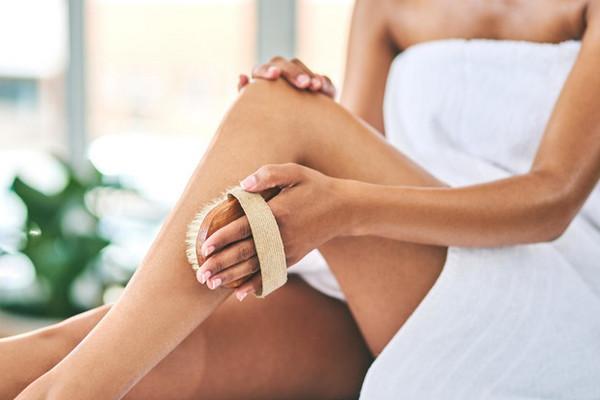 Враг целлюлита: как правильно делать массаж сухой щеткой