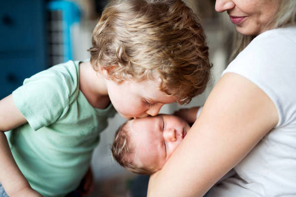 Как подготовить ребенка к появлению второго малыша