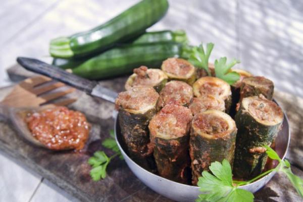 Кабачки фаршированные мясом, помидорами и сыром