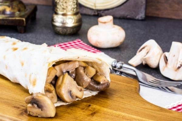 Быстрые рецепты: рулет из лаваша с грибами