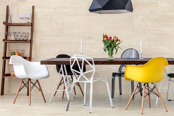 Миксуем разные дизайнерские стулья в интерьере: 8 идей от профи