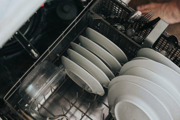 3 ошибки, из-за которых посудомоечная машина не удаляет грязь с вашей посуды